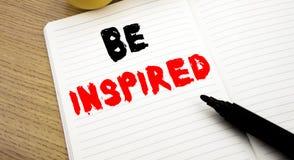 Das handgeschriebene Texttiteldarstellen wird angespornt Geschäftskonzeptschreiben für Inspiration und Motivation geschrieben auf stockbild