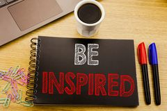 Das Handschrifts-Mitteilungstextdarstellen wird angespornt Geschäftskonzept für Inspiration und die Motivation, die auf Notizbuch lizenzfreies stockfoto