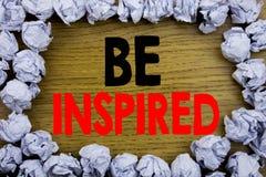 Das Handschrifts-Mitteilungstextdarstellen wird angespornt Geschäftskonzept für Inspiration und Motivation geschrieben auf hölzer lizenzfreie stockfotos
