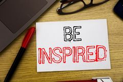 Das Handschrifts-Mitteilungstextdarstellen wird angespornt Geschäftskonzept für Inspiration und Motivation geschrieben auf Papier stockfotos