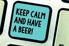 Das Handschriftstextschreiben halten Ruhe und haben ein Bier Das Konzept, das Relax bedeutet, genießen ein kaltes Getränk mit Fre lizenzfreies stockbild