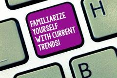 Das Handschriftstextschreiben machen sich mit aktuellen Trends vertraut Konzeptbedeutung ist aktuelle späteste Technologien stockfoto