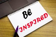 Das Handschrifttexttitelinspirationsdarstellen wird angespornt Geschäftskonzept für Inspiration und die Motivation, die auf Notiz lizenzfreies stockbild