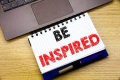 Das Handschrifttexttitelinspirationsdarstellen wird angespornt Geschäftskonzept für Inspiration und die Motivation, die auf Notiz lizenzfreie stockfotos