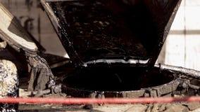 Das Harz ist Blutgeschw?r in einem Beh?lter Schwarzes Harz industriell Stra?e stock video footage