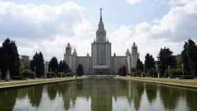 Das Hauptgebäude von Moskau-staatlicher Universität im Sommer an einem bewölkten Tag, timelaps stock video footage