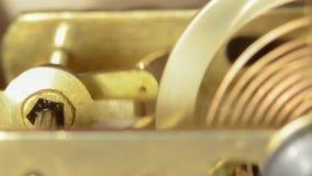 Das Hauptteil des Bronzeuhrwerks stock video footage