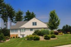 Das Haus auf einem Rasen Lizenzfreie Stockfotografie