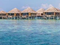 Das Haus auf Wasser, blauem Meer des freien Raumes und Himmel Lizenzfreies Stockfoto