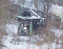 Das Haus brannte im Winter im Dorf Lizenzfreie Stockfotografie
