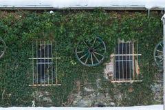Das Haus, das mit Gras mit Fahrrädern bedeckt wurde, hing von einem Viehwagen Stockfotografie