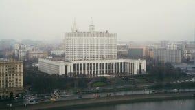 Das Haus der Regierung der Russischen Föderation, regnerischer Tag stock video