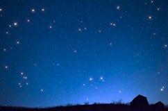 Das Haus gegen den Sternhimmel Stockfoto