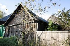 Das Haus, das gegen hohes Alter geschielt wird, ist es praktisch nicht abhängig von Wiederherstellung Lizenzfreie Stockfotos