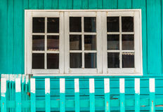 Das Haus hat weiße Fenster Lizenzfreies Stockbild