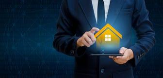 Das Haus ist in den Händen die Geschäftsmannausgangsikone oder -symbol Lizenzfreie Stockfotos