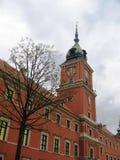 Das Haus mit einer Wandborduhr auf einem Kontrollturm in Warschau. Stockfotos