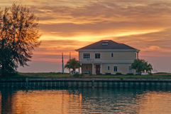Das Haus neben dem Meer lizenzfreies stockbild