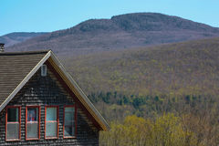 Das Haus und der Hügel stockfotos
