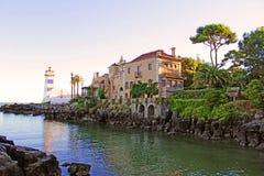 Das Haus und der Leuchtturm sind auf dem Ozean Stockfotografie