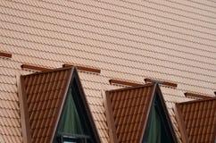 Das Haus wird mit hochwertiger Deckung von Metallfliesen ausgerüstet Ein gutes Beispiel der perfekten modernen Deckung Das Gebäud stockfotografie