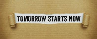 Das heftige braune Papier, welches die Wörter beginnt aufdeckt morgen, jetzt stockbild