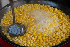 Das heiße Maisblutgeschwür, addieren Zucker, Milch, Butter und köstliches Stockbild