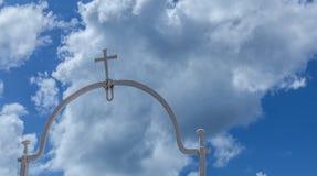 Das heilige Kreuz reflektierte sich im Himmel stockfotos