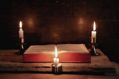 Das helle, die Bibel belichtend, ist nur von der Kerze Vervollkommnen Sie f?r Religion, Ostern stockfoto
