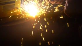Das Herstellungsverfahren ein dekoratives Metallprodukt Metallfunken fliegen abgesehen von dem Detail Schweißen des Metalls in stock video