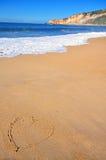 Das Herz auf dem goldenen Strandsand Stockbilder
