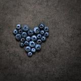 Das Herz der Blaubeere auf einem grauen Hintergrund stockbild