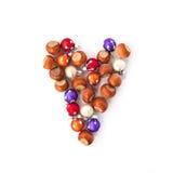 Das Herz der Haselnüsse und der Weihnachtsdekorationen lizenzfreies stockfoto