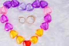 Das Herz, das mit den kleinen Glasherzen liegen auf einem Bett des Fauxpelzes in der Mitte von ihm gezeichnet wird, sind zwei Ehe lizenzfreie stockbilder