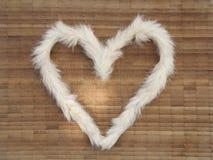 Das Herz von Pelz auf der Holzoberfläche lizenzfreie stockbilder