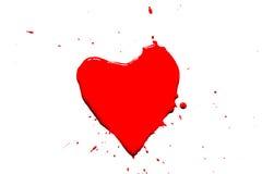 Das Herzsymbol, das mit roter Farbe mit gemalt wird, spritzt herum lokalisiert auf Weiß Stockfotografie