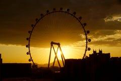 Das High Roller-Rad leuchten an, während Sonnenaufgang durch das w kommt Lizenzfreie Stockfotos