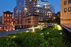 Das Highline in der Dämmerung im Sommer nahe 10. Allee und 17. Straße Chelsea, New York City Lizenzfreie Stockfotografie