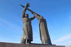 Das Hinter-vordere Denkmal in Magnitogorsk-Stadt, Russland lizenzfreie stockbilder