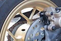 Das Hinterrad des Scheibenbremse-Motorrades Stockfotos