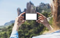 Das Hippie-Mädchen, das Foto auf beweglicher Nahaufnahme des Smartphone, touristische Hände der Ansicht unter Verwendung des Gerä lizenzfreies stockbild