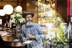 Das Hippie-Mann-Trinken entspannen sich Konzept Lizenzfreie Stockfotos