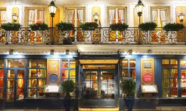 Das historische Café Procope am Abend, Paris, Frankreich lizenzfreies stockfoto