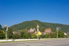 Das historische Kloster von Hirsau mit Skulpturen von Peter Lenk Stockfotografie