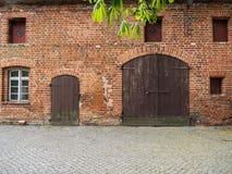 Das historische, mittelalterliche Gebäude des roten Backsteins Stockfotos