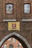 Das historische Wappen auf dem Gebäude Lizenzfreie Stockfotos