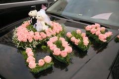 das Hochzeitsauto, das mit verziert wurde, stieg Lizenzfreie Stockbilder
