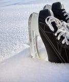 Das Hockey läuft Nahaufnahme auf frischem Schnee eis Stockfoto