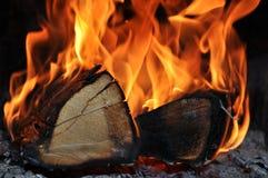 Das Holz brennt auf Feuer stockbilder