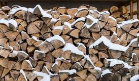 Das Holz in den Kamin mit Schnee lizenzfreies stockbild